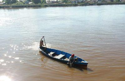 jasad-korban-tenggelam-ditemukan-warga-di-Gang-Bayu-Kelurahan-Benua-Melayu-Laut-Pontianak-kemudian-diserahkan-ke-Tim-Sar-Gabungan. (foto:istimewa)