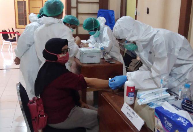 Pelaksanaan rapid test di Kantor KPU Kabupaten Situbondo. (foto:fat)