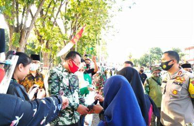 Bupati dan anggota Forkopimda Situbondo, saat membagikan masker kepada para PKL dan para pengendara motor. (foto:fat)