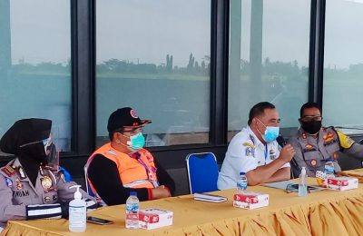 Kapolres Situbondo AKBP Sugandi, saat bertemu dengan para pengusaha angkutan di Kantor PT PMMP Situbondo. (foto:fat)