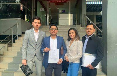 Advokat Bryan Roberto Mahulae bersama rekan dari kantor pengacara LQ Indonesia Lawfirm saat melaporkan para pemilik Fikasa Group ke Polda Metro Jaya (PMJ), Jumat (7/8/2020). (Ist)