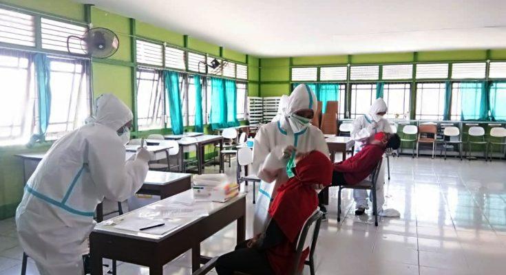 Hasil swab dan rapid test terhadap guru dan peserta didik serta staf di sekolah  dinyatakan 3 guru terkonfirmasi positif Covid 19. (foto:das)