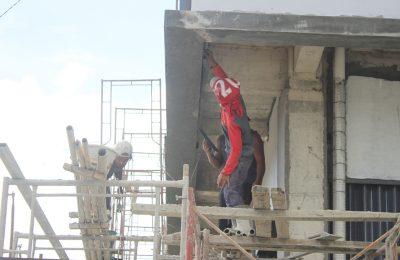 Pekerja sedang menyelesaikan proyek Pembangunan Bumi Raya City mall di Kubu Raya. (foto:das)