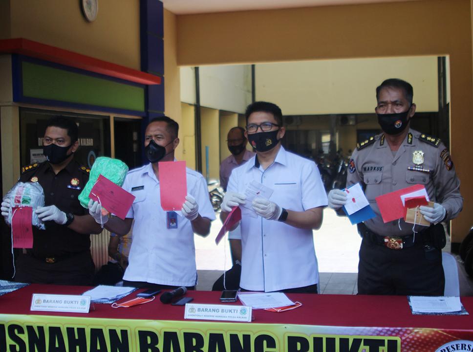 Direktur Resnarkoba Polda Kalbar, Kombes Pol Yohanes Hernowo , kepala BNN Provinsi Kalimantan Barat, dan pihak kejaksaan.saat gelar barang bukti narkoba sebelum dimusnahkan. (foto:das)