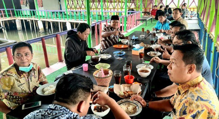 Camat Pinang Kaunang bersama sejumlah Lurah makan siang bersama di Warung Pinggir Rawa, Kampung Wisata Tepi Danau, Cipondoh, Kecamatan Pinang, Tangerang. (Foto: Tjg)