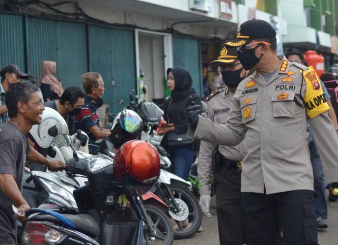 Kapolresta Pontianak Kota, Kombes Pol Komarudin mengimbau masyarakat agar mengenakan masker saat berada di pasar. (foto:das)