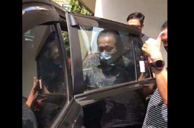Tim Kejaksaan Tinggi Denpasar saat membawa paksa Harijanto Karjadi untuk menjalani eksekusi di Jakarta, Selasa (8/9/2020). (Ist)