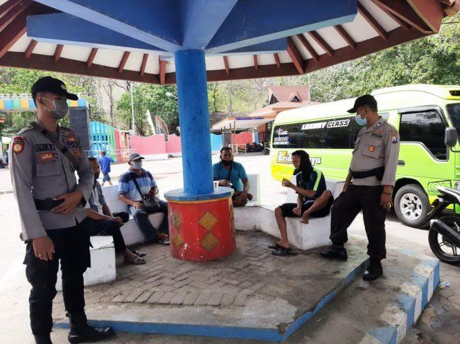 Petugas gabungan, saat memantau sejumlah obyek wisata di Pasir Putih, Situbondo. (foto:fat)