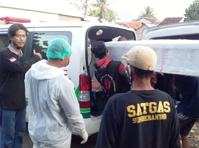 Warga saat menurunkan jenazah almarhumah dari mobil ambulance milik PWNU Jatim. (fat)