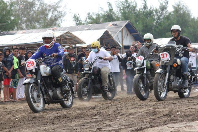 Para pecinta motor klasik saat beraksi dalam ajang Lomba Motor Klasik