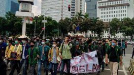 Ratusan mahasiswa yang tergabung dalam Badan Eksekutif Mahasisa Seluruh Indonesia (BEM SI) menggelar aksi di Jalan Medan Merdeka Barat. (foto:istimewa)